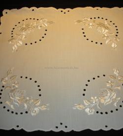c29c413723 Hímzett terítő - kalocsai mintás - fehér hímzéssel 40x40 cm-Piroska
